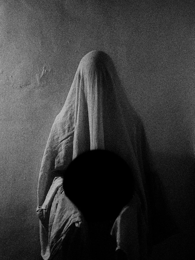 """""""Vacío convulso"""" una serie de exorcismo personal"""